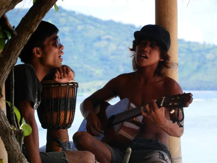 local-boys-playing-guitar-on-the-beach-of-gili-air