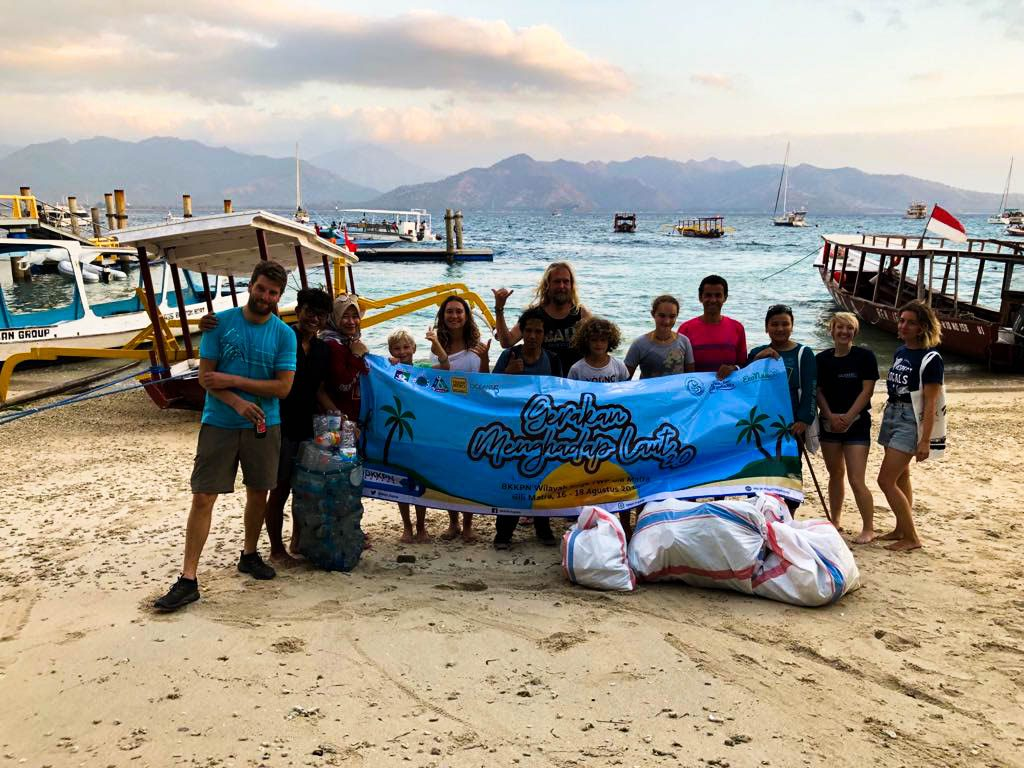Divemaster internship candidates do marine conservation and community activities every week. That includes beach cleanups which are so good for your soul!